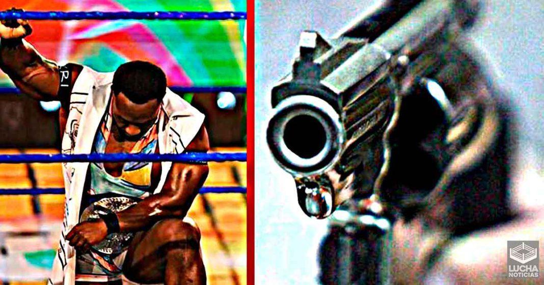 Big E recuerda como un policia lo a punto con un arma