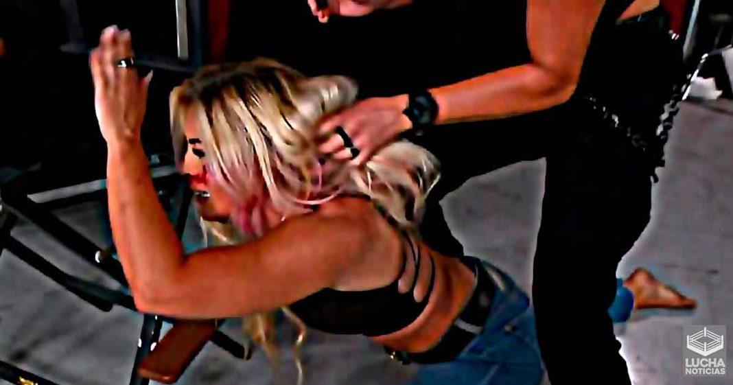 Mandy Rose y Sonya Deville en una lucha de cabelleras