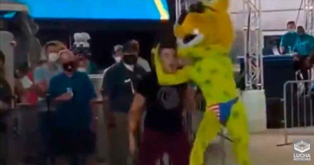 Sammy Guevara recibe un RKO en un juego de Jacksonville