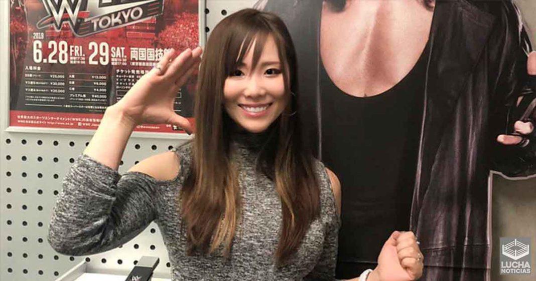 Kairi Sane dejó el ring de la WWE y regresó a Japón. Ella todavía está en la compañía y la Princesa Pirata lo dejó bastante claro. Sane reveló su nuevo puesto en la empresa como embajadora y formadora. No estamos seguros de a quién entrenará en el futuro, pero parece feliz. Sane y su esposo están ahora de regreso en Japón, pero ella todavía tiene asuntos de la WWE que atender. WWE Japan publicó recientemente una foto de Sane en sus oficinas. Se paró junto a un recorte de cartón de The Undertaker mientras la tomaba a ella y a sus poses icónicas. La leyenda traducida del japonés decía:
