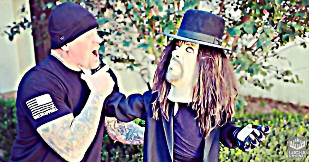 La hija de Undertaker se disfraza como él para pedir dulces en Halloween