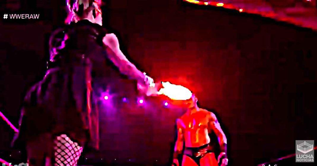 Alexa Bliss me quema los ojos a Randy Orton en WWE RAW