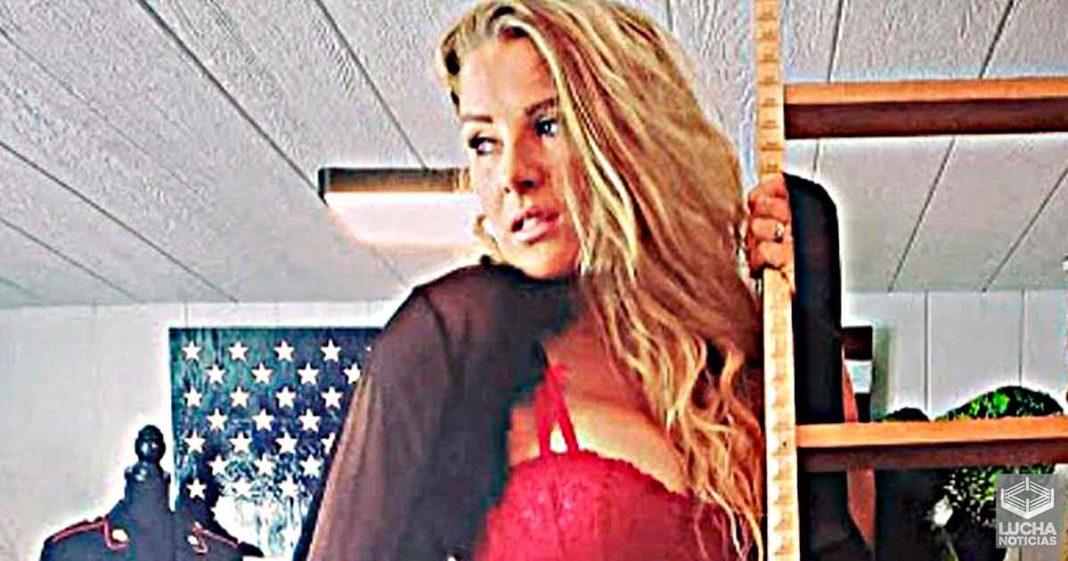 Lacey Evans comparte gran foto en lencería roja