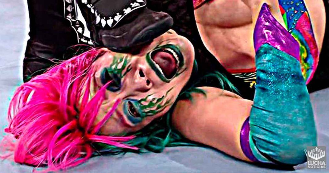 Asuka recibe fuerte patada en la cara de Shayna Baszler en RAW