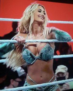 Carmella con problemas con su vestuarios en WrestleMania 3