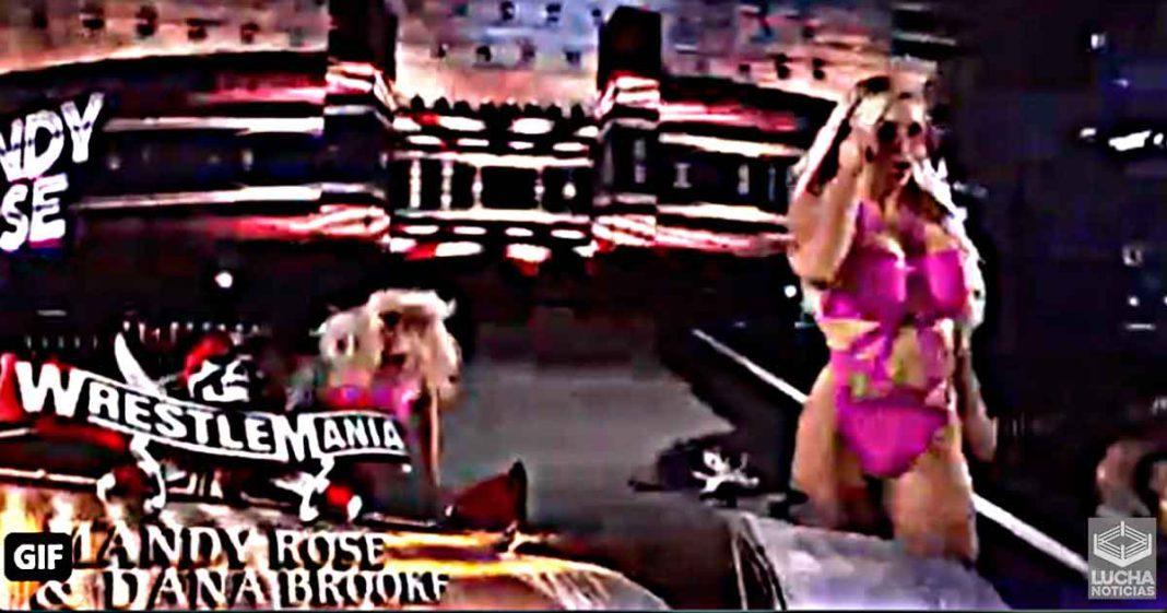 Mandy Rose se cae en su entrada de WrestleMania