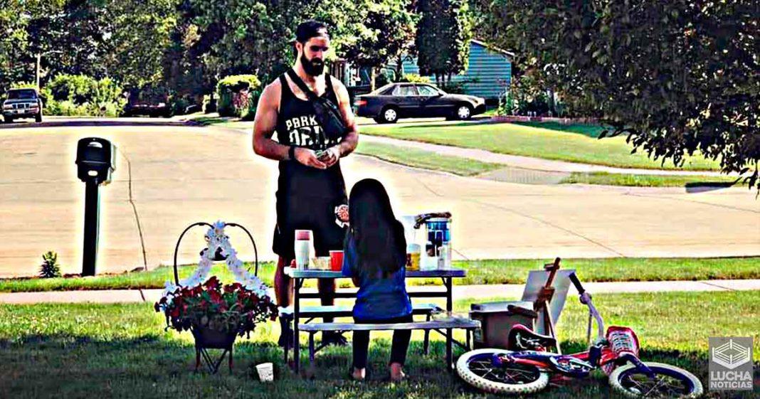 Seth Rollins compra limonada en el puesto de una pequeña