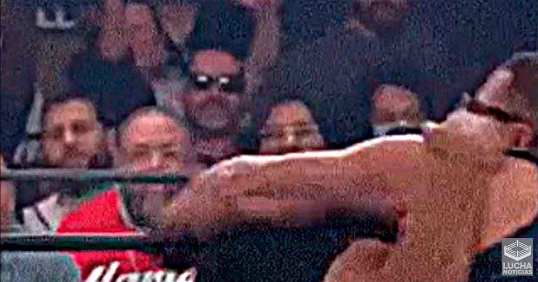 Fan se sube al ring durante AEW Road Rager