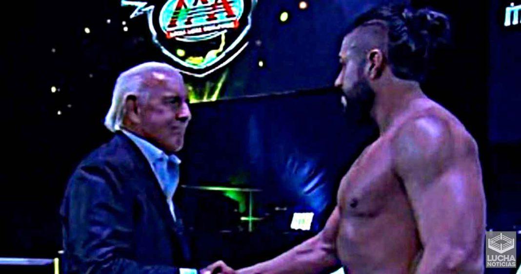 Andrade dice que nunca imaginó tener a Ric Flair en su esquina